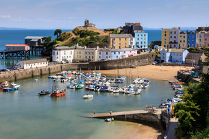 Harbour Beach, boats, colourful historic buildings, Castle Hill, lifeboat station on a sunny day, Teの写真素材 [FYI03793443]