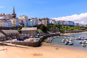 Colourful historic town and St. Mary's church, from Harbour Beach, boats on a sunny day, Tenby, Pembの写真素材 [FYI03793448]