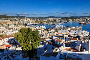 Historic whitewashed old town and harbour, from Dalt Vila, Ibiza Town, Eivissa, Balearic Islands, Spの写真素材 [FYI03793534]