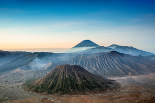 View over volcanic peaks and lava landscapes around Mount Bromo at dawn, Java, Indonesia, Southeastの写真素材 [FYI03793553]