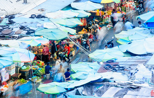 Elevated view of a busy covered market in Phnom Penh, Cambodia, Indochina, Southeast Asia, Asiaの写真素材 [FYI03793576]
