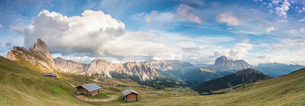 Panorama of green meadows and huts of the Odle mountain range seen from Seceda, Val Gardena, Trentinの写真素材 [FYI03793608]