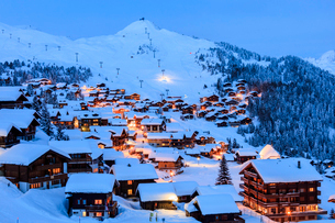 Blue dusk on the snowy alpine village surrounded by ski lifts, Bettmeralp, district of Raron, cantonの写真素材 [FYI03793615]