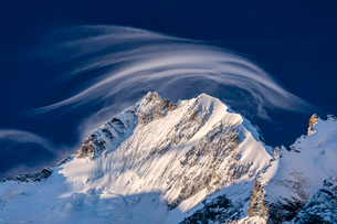 White cloud at dawn lights up Piz Bernina and Biancograt, Engadine, Canton of Graubunden, Engadine,の写真素材 [FYI03793622]