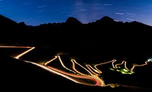 Star trail on the lights of car trace at Stelvio Pass, Valtellina, Lombardy, Trentino Alto Adige, Itの写真素材 [FYI03793641]