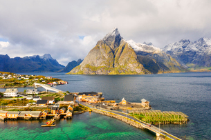 Sakrisoy village surrounded by mountains and crystal sea, Reine, Nordland, Lofoten Islands, Norway,の写真素材 [FYI03793694]