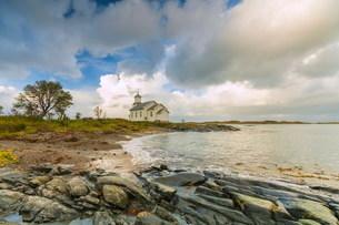 Church by beach on Gimsoya, Lofoten Islands, Norway, Europeの写真素材 [FYI03793722]