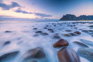 Long exposure shot of rocks on Uttakleiv beach in Vestvagoy, Norway, Europeの写真素材 [FYI03793740]