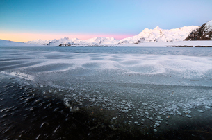 Frozen Lake Andossi in Spluga Valley, Italy, Europeの写真素材 [FYI03793768]