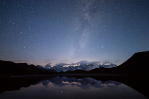 Starry summer sky on Fenetre Lakes and the high peaks, Ferret Valley, Saint Rhemy, Grand St Bernard,の写真素材 [FYI03793793]