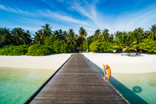 Long pier leading to a small island over turquoise water, Sun Island Resort, Nalaguraidhoo island, Aの写真素材 [FYI03793800]