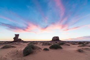 Sunset in the Sahara Desert near Timimoun, western Algeria, North Africa, Africaの写真素材 [FYI03793995]