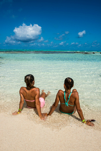 Girls enjoying the wonderful turquoise waters of El Acuario, San Andres, Caribbean Sea, Colombia, Soの写真素材 [FYI03794053]