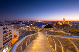 Spiral walkways of the Metropol Parasol, Plaza de la Encarnacion, Seville, Andalusia, Spain, Europeの写真素材 [FYI03794287]