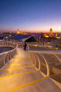 Spiral walkways of the Metropol Parasol, Plaza de la Encarnacion, Seville, Andalusia, Spain, Europeの写真素材 [FYI03794288]