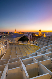 Spiral walkways of the Metropol Parasol, Plaza de la Encarnacion, Seville, Andalusia, Spain, Europeの写真素材 [FYI03794293]