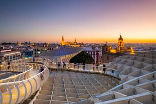 Spiral walkways of the Metropol Parasol, Plaza de la Encarnacion, Seville, Andalusia, Spain, Europeの写真素材 [FYI03794294]