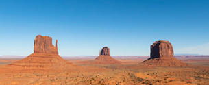 Sandstone buttes in Monument Valley Navajo Tribal Park on the Arizona-Utah border, United States ofの写真素材 [FYI03794364]