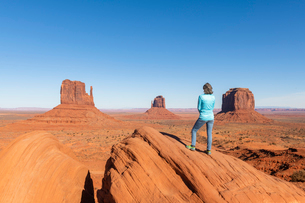 Sandstone buttes in Monument Valley Navajo Tribal Park on the Arizona-Utah border, United States ofの写真素材 [FYI03794373]
