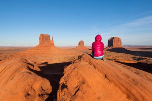 Sandstone buttes in Monument Valley Navajo Tribal Park on the Arizona-Utah border, United States ofの写真素材 [FYI03794375]