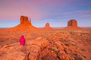 Sandstone buttes in Monument Valley Navajo Tribal Park on the Arizona-Utah border, United States ofの写真素材 [FYI03794376]