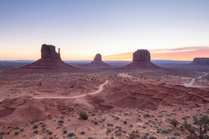 Sandstone buttes in Monument Valley Navajo Tribal Park on the Arizona-Utah border, United States ofの写真素材 [FYI03794380]