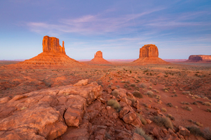 Sandstone buttes in Monument Valley Navajo Tribal Park on the Arizona-Utah border, United States ofの写真素材 [FYI03794383]