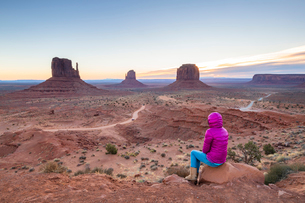 Sandstone buttes in Monument Valley Navajo Tribal Park on the Arizona-Utah border, United States ofの写真素材 [FYI03794384]