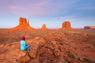 Sandstone buttes in Monument Valley Navajo Tribal Park on the Arizona-Utah border, United States ofの写真素材 [FYI03794386]