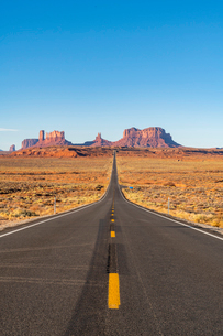 The road leading up to Monument Valley Navajo Tribal Park on the Arizona-Utah border, United Statesの写真素材 [FYI03794387]