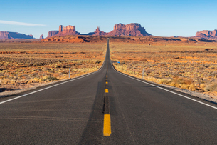 The road leading up to Monument Valley Navajo Tribal Park on the Arizona-Utah border, United Statesの写真素材 [FYI03794388]