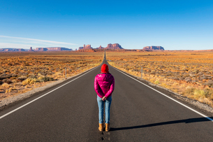 The road leading up to Monument Valley Navajo Tribal Park on the Arizona-Utah border, United Statesの写真素材 [FYI03794389]