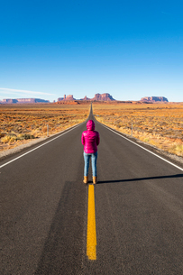 The road leading up to Monument Valley Navajo Tribal Park on the Arizona-Utah border, United Statesの写真素材 [FYI03794390]