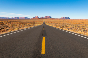 The road leading up to Monument Valley Navajo Tribal Park on the Arizona-Utah border, United Statesの写真素材 [FYI03794397]