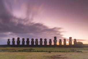 Moai heads of Easter Island, Rapa Nui National Park, UNESCO World Heritage Site, Easter Island, Chilの写真素材 [FYI03794596]