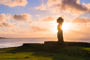 Moai heads of Easter Island, Rapa Nui National Park, UNESCO World Heritage Site, Easter Island, Chilの写真素材 [FYI03794598]