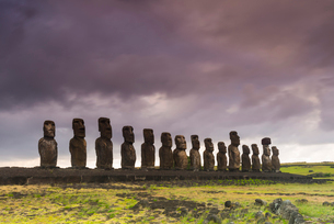 Moai heads of Easter Island, Rapa Nui National Park, UNESCO World Heritage Site, Easter Island, Chilの写真素材 [FYI03794600]