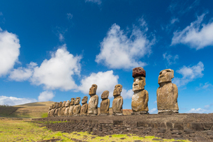 Moai heads of Easter Island, Rapa Nui National Park, UNESCO World Heritage Site, Easter Island, Chilの写真素材 [FYI03794620]