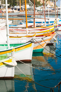 Boats in Cassis harbour, Bouches du Rhone, Provence, Provence-Alpes-Cote d'Azur, French Riviera, Fraの写真素材 [FYI03794643]
