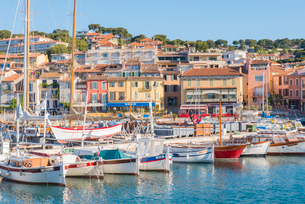Boats in Cassis harbour, Bouches du Rhone, Provence, Provence-Alpes-Cote d'Azur, French Riviera, Fraの写真素材 [FYI03794648]