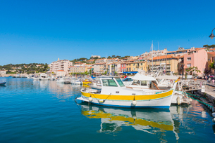 Boats in Cassis harbour, Bouches du Rhone, Provence, Provence-Alpes-Cote d'Azur, French Riviera, Fraの写真素材 [FYI03794651]