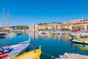 Boats in Cassis harbour, Bouches du Rhone, Provence, Provence-Alpes-Cote d'Azur, French Riviera, Fraの写真素材 [FYI03794652]