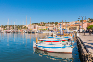 Boats in Cassis harbour, Bouches du Rhone, Provence, Provence-Alpes-Cote d'Azur, French Riviera, Fraの写真素材 [FYI03794653]