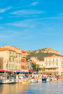 Boats in Cassis harbour, Bouches du Rhone, Provence, Provence-Alpes-Cote d'Azur, French Riviera, Fraの写真素材 [FYI03794666]