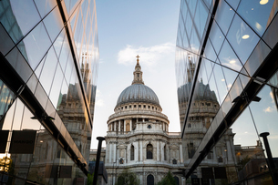 St. Paul's Cathedral reflected in the surrounding buildings, London, England, United Kingdom, Europeの写真素材 [FYI03794711]