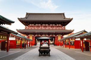 Sensoji Temple in Cherry blossom season, Tokyo, Japan, Asiaの写真素材 [FYI03794716]
