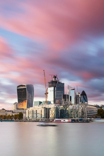 The City from the south bank of the River Thames, London, England, United Kingdom, Europeの写真素材 [FYI03794722]