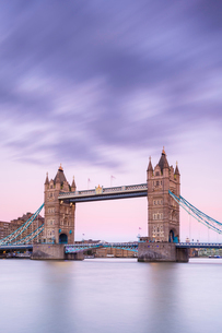 Tower Bridge from the south bank of the River Thames, London, England, United Kingdom, Europeの写真素材 [FYI03794730]