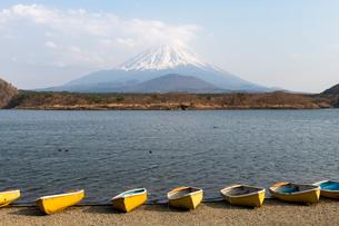 Boats, Lake Shoji, with Mount Fuji in distance, Japan, Asiaの写真素材 [FYI03794747]
