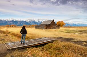 Woman at Mormon Row and Teton Range, Grand Teton National Park, Wyoming, United States of America, Nの写真素材 [FYI03794760]
